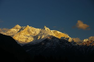 1280px-Sun_setting_over_Fang_and_Annapurna